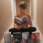 foto mujer con trilogia sentada